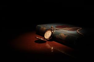 懐中時計と古書の写真素材 [FYI00457612]