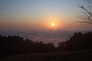 霧と朝日の写真素材 [FYI00457621]