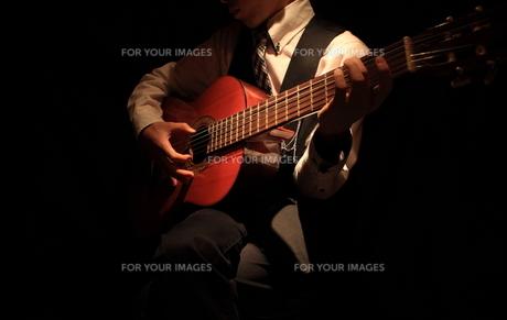 ギター演奏の写真素材 [FYI00457630]
