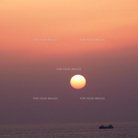 朝焼けと漁船の写真素材 [FYI00459023]