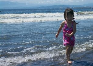 海で遊ぶ女の子の写真素材 [FYI00459618]