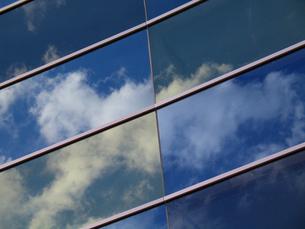 ガラス窓に映った青空と雲の写真素材 [FYI00459882]