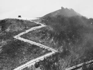 春雪に登るの写真素材 [FYI00459927]