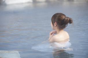 露天風呂に浸かる女性の素材 [FYI00460109]
