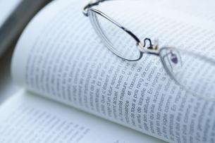 メガネと本の写真素材 [FYI00460136]