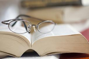 メガネと本の写真素材 [FYI00460144]