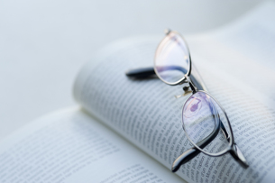 メガネと本の写真素材 [FYI00460147]