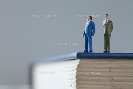 辞書の上のビジネスマンの写真素材 [FYI00460151]