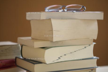 メガネと辞書の写真素材 [FYI00460155]