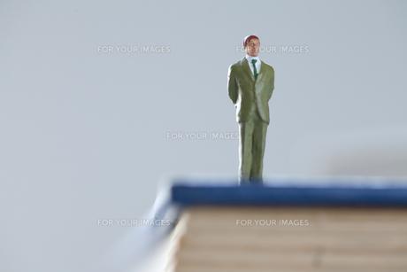 辞書の上のビジネスマンの写真素材 [FYI00460168]