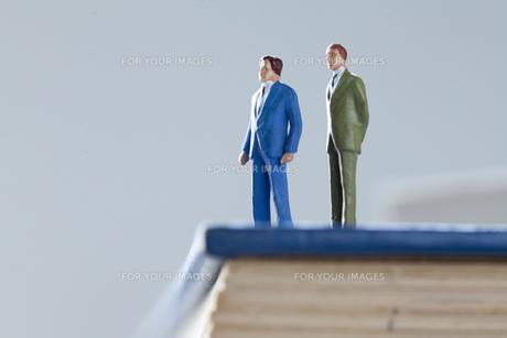 辞書の上のビジネスマンの写真素材 [FYI00460174]