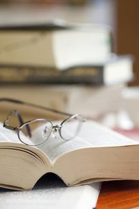 メガネと辞書の写真素材 [FYI00460182]