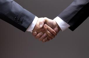 ビジネスマン、握手の素材 [FYI00460477]