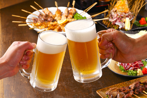 生ビールで乾杯の写真素材 [FYI00460678]