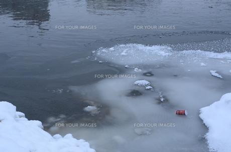 凍った川と空き缶の素材 [FYI00460712]