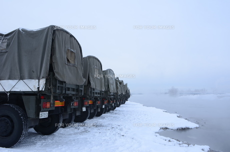 冬祭り準備の自衛隊車の素材 [FYI00460716]