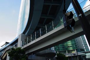 交差する空中歩道と鉄道高架の写真素材 [FYI00460826]