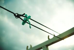 曇り空に洗濯ばさみの写真素材 [FYI00460912]