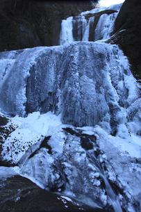 氷瀑 袋田の滝 第1観瀑台から望む 超広角17mmで撮影 露出1秒の流れと氷結の対比の写真素材 [FYI00461283]