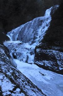 氷瀑 袋田の滝と滝川 吊橋付近から望むの写真素材 [FYI00461288]