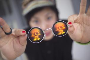 ドクロのサングラスを翳す少女の写真素材 [FYI00461296]