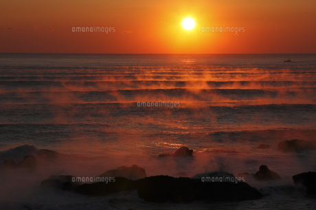 気嵐の海に昇る太陽 冬の風物詩 幻想的光景の写真素材 [FYI00461299]