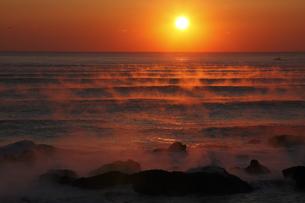 気嵐の海に昇る太陽 冬の風物詩 幻想的光景の素材 [FYI00461299]