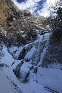 雪化粧の氷瀑 袋田の滝 青空と雲 吊橋付近から望むの写真素材 [FYI00461301]