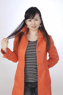 カジュアル オレンジ色のジャケット 若い女性の素材 [FYI00461326]