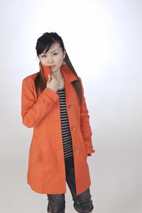 カジュアル オレンジ色のジャケット 若い女性の素材 [FYI00461337]