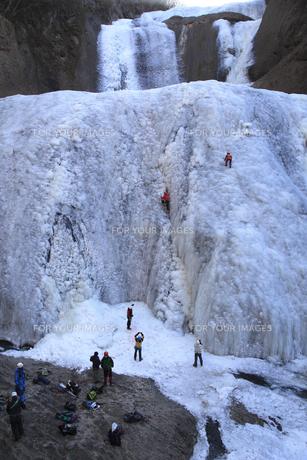 滝登り 雄大な袋田の滝 アイスクライミング その氷壁を登るの写真素材 [FYI00461340]