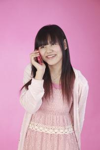 ロリータ風 携帯電話で楽しく話す 女の子の写真素材 [FYI00461341]