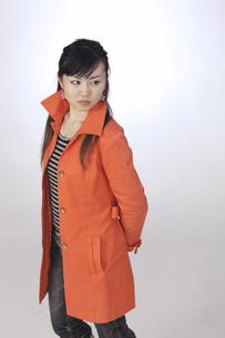 カジュアル オレンジ色のジャケット 若い女性の素材 [FYI00461346]