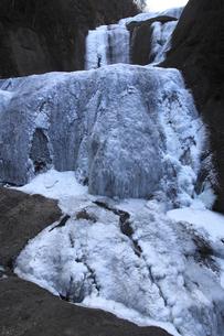 今までにない完全凍結 凍て付く袋田の滝 厳冬奥久慈旅情の写真素材 [FYI00461349]