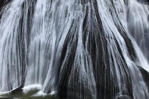 清涼 白き水の流れ 瀑布 袋田の滝の写真素材 [FYI00461353]