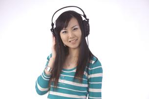 ヘッドホンで 音楽を聴く 若い女性の写真素材 [FYI00461366]