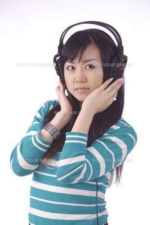 ヘッドホンで 音楽を聴く 若い女性の写真素材 [FYI00461370]