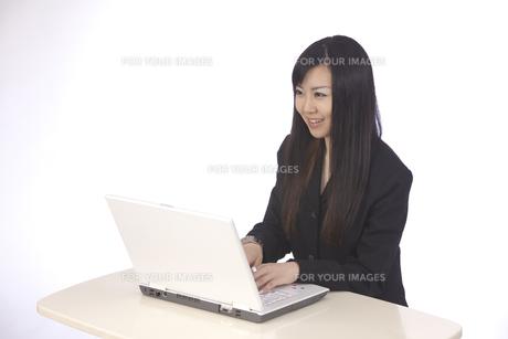 パソコン 若いキャリアウーマンの写真素材 [FYI00461385]