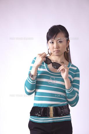 サングラスをかけた キュートな女の子の写真素材 [FYI00461389]