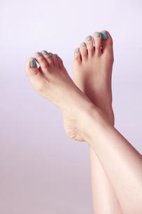 マニキュア 若い女性の足の指の写真素材 [FYI00461393]