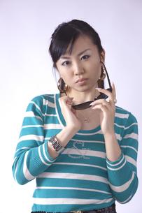 サングラスをかけた キュートな女の子の写真素材 [FYI00461399]