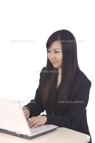 パソコン 若いキャリアウーマンの写真素材 [FYI00461407]