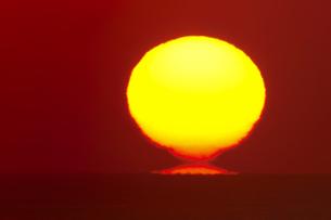 初日の出 海の水平線から昇る だるま太陽の写真素材 [FYI00461422]