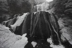 雪降る 袋田の滝 第1観瀑台から 超広角17mmで撮影の写真素材 [FYI00461435]