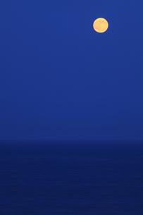 海の水平線から昇る 満月 実写の写真素材 [FYI00461441]