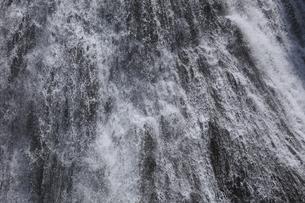 瀑布 袋田の滝 落下する水の流れを止める 1/800秒の素材 [FYI00461442]