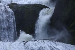 轟音とどろく 袋田の滝 嵐の激流に吹き上がる水柱の写真素材 [FYI00461444]