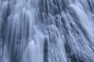 清涼 白き水の流れ 瀑布 袋田の滝 1/2秒の写真素材 [FYI00461445]