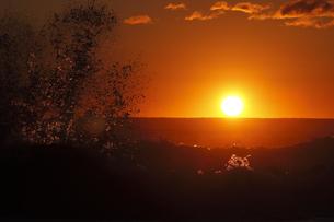 怒濤の海に昇る 神々しい朝日の写真素材 [FYI00461448]