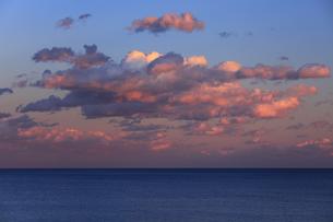 海の夕暮れ 燃えるような夕焼け雲の写真素材 [FYI00461452]